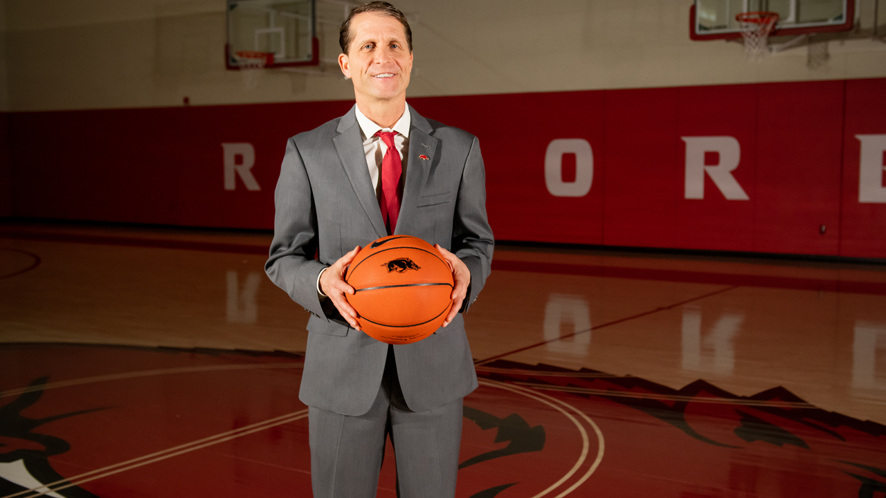 https://arkansasrazorbacks.com/wp-content/uploads/2019/08/Eric-Musselman-Posed-in-Practice-Gym.jpg